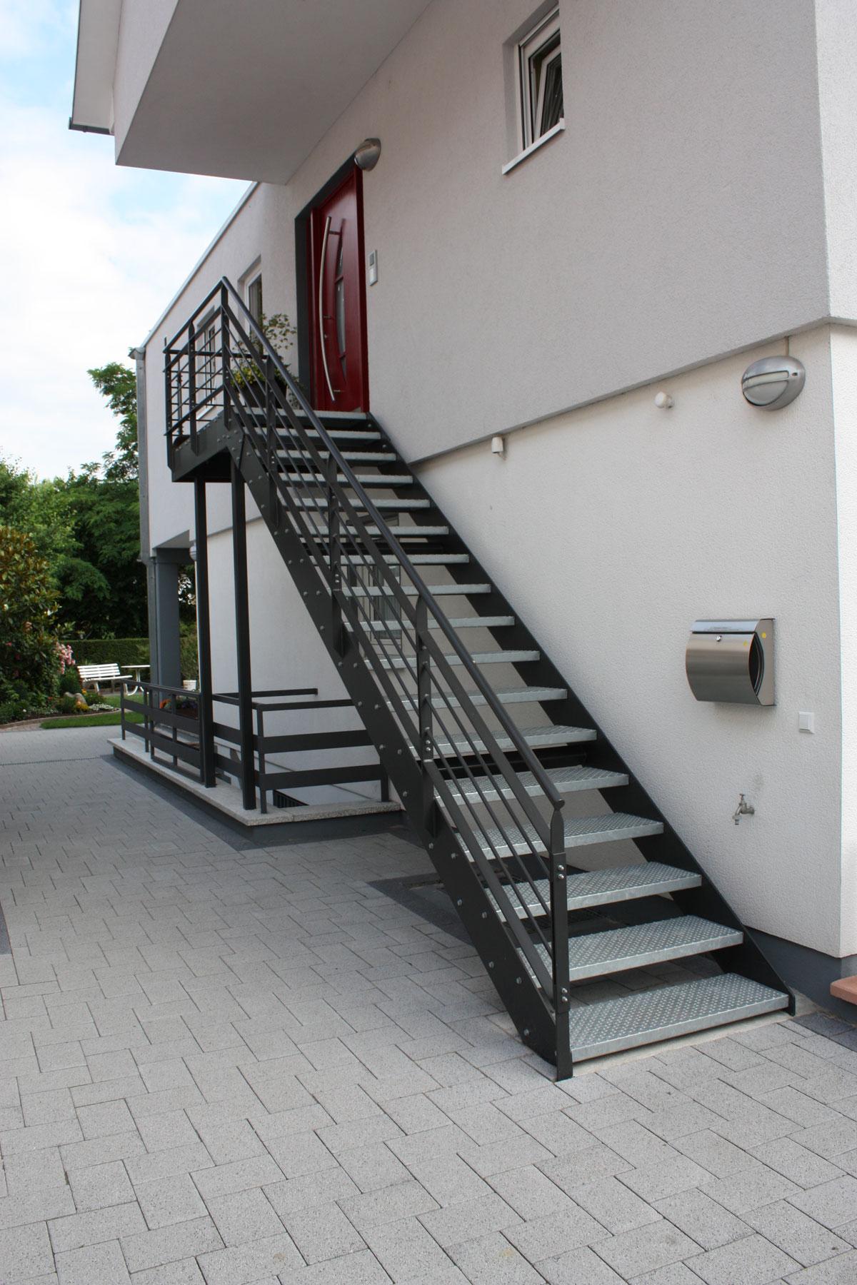 gel nder treppen z une metall k ssler. Black Bedroom Furniture Sets. Home Design Ideas